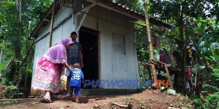 Satu keluarga tinggal di gubuk sederhana di desa Trirejo. Loano, Purworejo