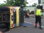 Sebuah Truk Box bermuatan ratusan karton terguling di Jalan Tentara Pelajar Purworejo.