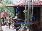 Sejumlah pekerja melakuan pembangunan fasilitas di obyek wisata Sidandang