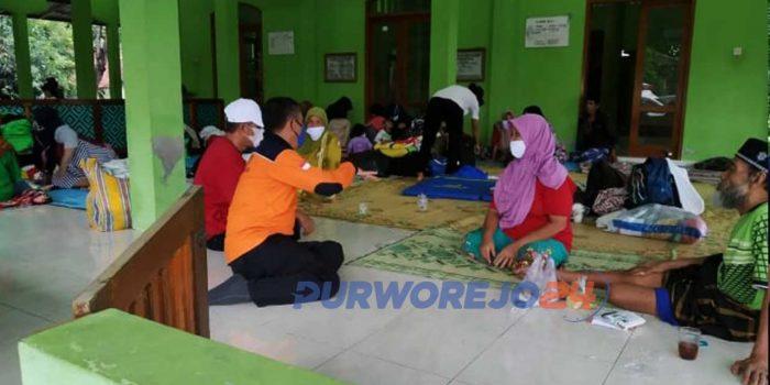 Sejumlah warga mengungsi akibat banjir di Desa Bapangsari, Kecamatan Bagelen, Purworejo