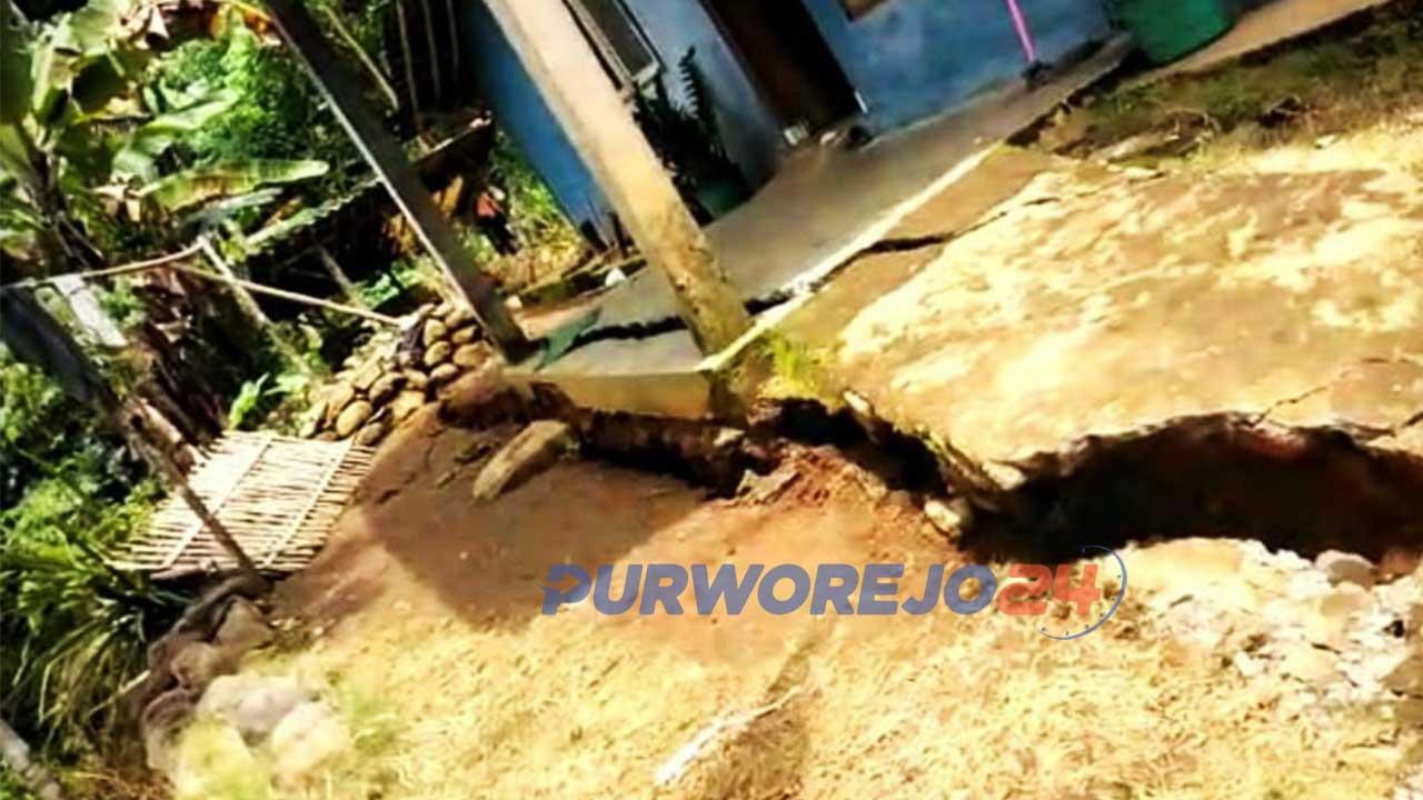 Tanah retak di Desa Tegalsari Kecamatan Bruno, Purworejo