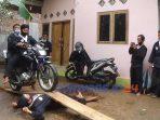 Uji kemampuan dalam acara Harkatan atau kenaikan pangkat anggota Paguyuban Silat Tenaga Dalam Roso Sejati Purworejo