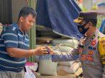 Kapolres Purworejo AKBP Rizal Marito membagikan masker ke pengunjung dan pedagang pasar yang ekdapatan tidak memakai masker.