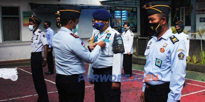 Kepala Rutan sematkan pin WBK kepada perwakilan petugas.
