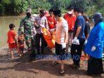 Sejumlah warga bersama BPBD, PMI, TNI dan Polri mengevakuasi seorang warga Sucenjurutengah yang ditemukan meninggal di Sungai Jali.