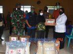 Wakil Bupati Purworejo yang juga Ketua PMI Purworejo menyerahkan bantuan untuk korban banjir di desa Brengkol, Kecamatan Pituruh, Purworejo