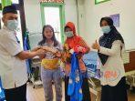 Pemberian hadiah secara simbolik perlengkapan bayi kepada bayi yang lahir di Hari Kartini