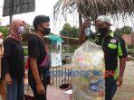 Pengunjung menukar sampah dengan kupon yang nantinya untuk pembayaran makanan maupun barang di Pasar Uwuh