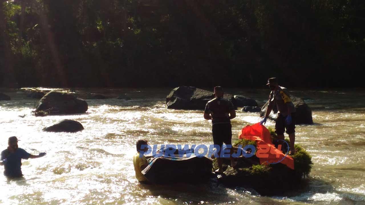 Proses evakuasi sosok mayat perempuan yang ditemukan tergeletak di batu besar di sungai Bogowonto.