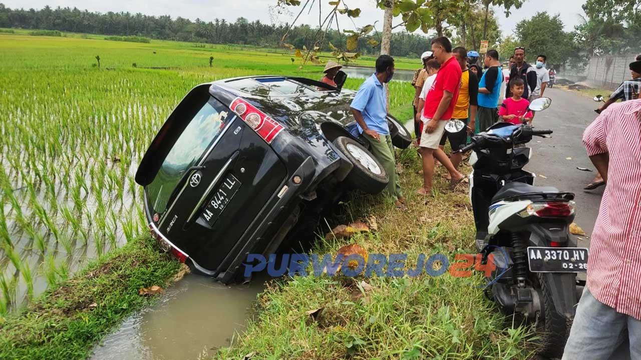 Sebuah mobil masuk ke sawah di Desa Megulung Kidul, Pituruh.