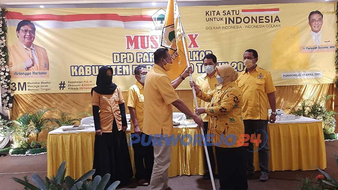 Yuli Hastuti menerima bendera Partai Gokar dari Plt Ketua DPD Golkar Purworejo Muhammad Saleh