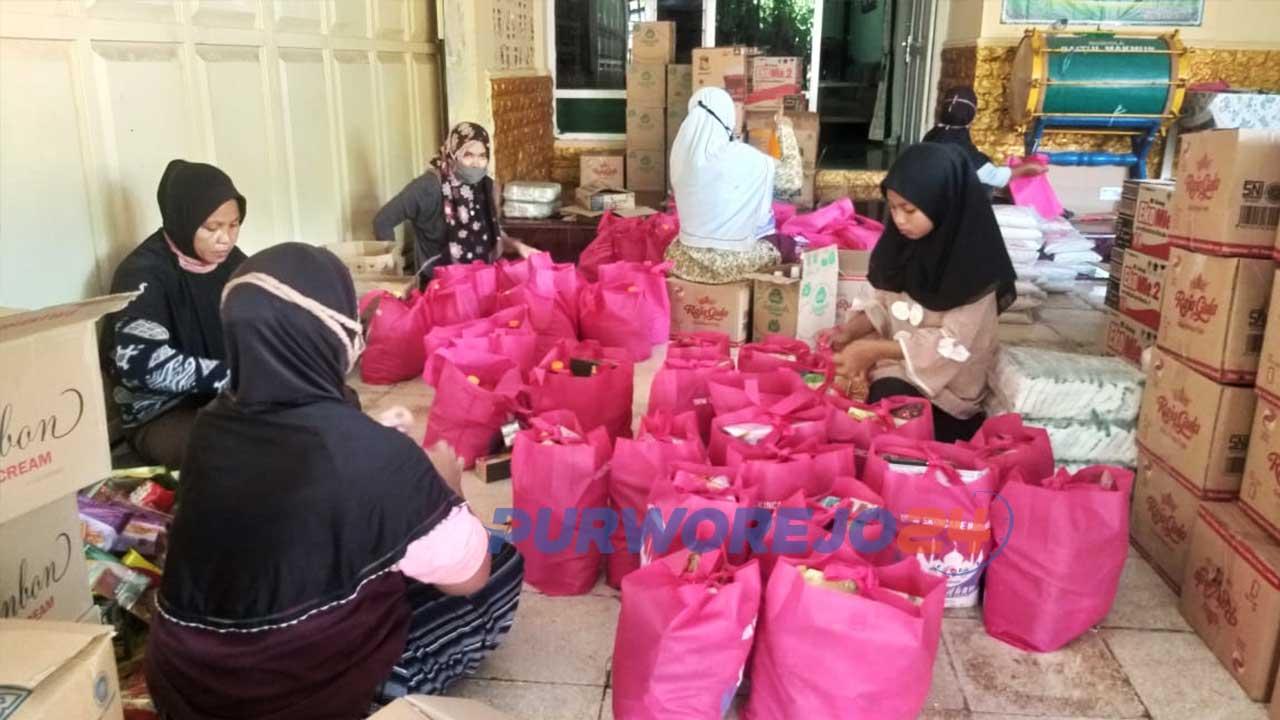 Proses pengemasan bantuan 20.000 sembako gratis yang dibagikan ke 16 kecamatan se-Purworejo.