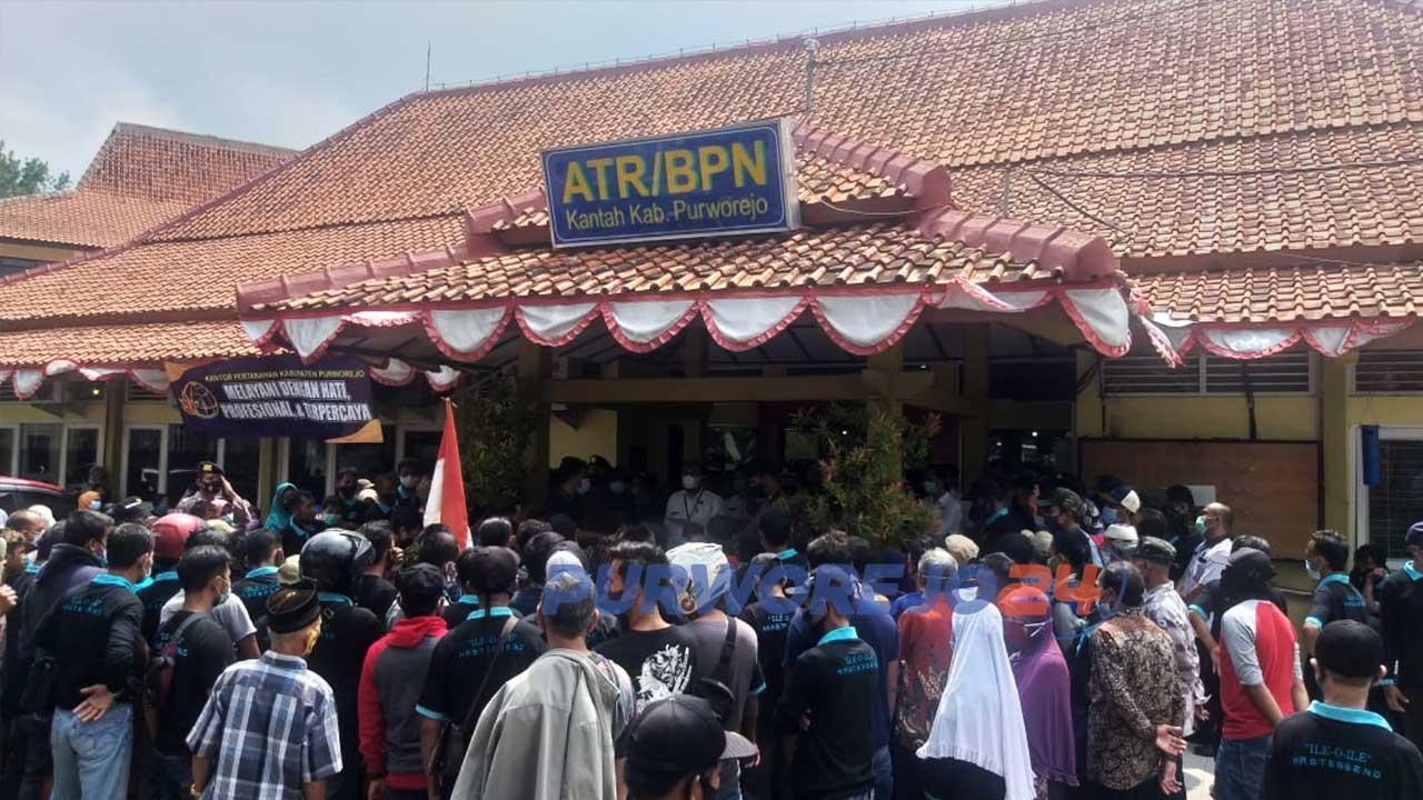 Ratusan warga terdampak Bendungan Bener memadati kantor BPN Purworejo untuk menuntut pembayaran ganti rugi