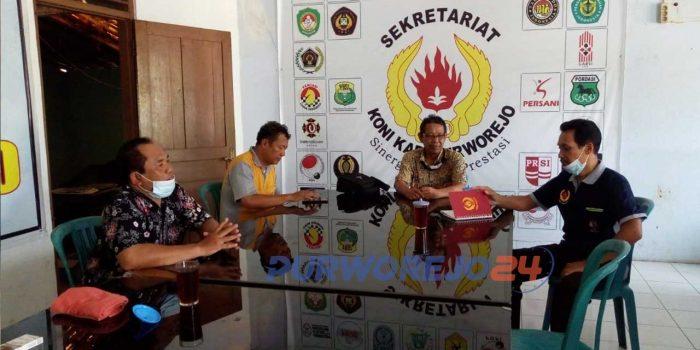 Para pengurus KONI melakukan koordinasi bersama tim penjaringan terkait kesiapan Musorkablub di kantor KONI Purworejo, Rabu (4/6/2021).