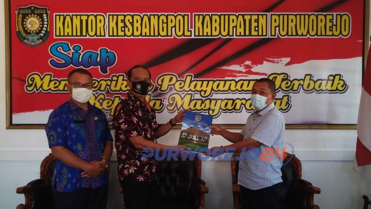 Penyerahan SKT PWI Purworejo secara simbolis dilakukan oleh Kepala Kantor Kesbangpol Purworejo, Drs Bambang Sadyo Hastono MH, kepada Ketua PWI Purworejo Aris Himawan SH.