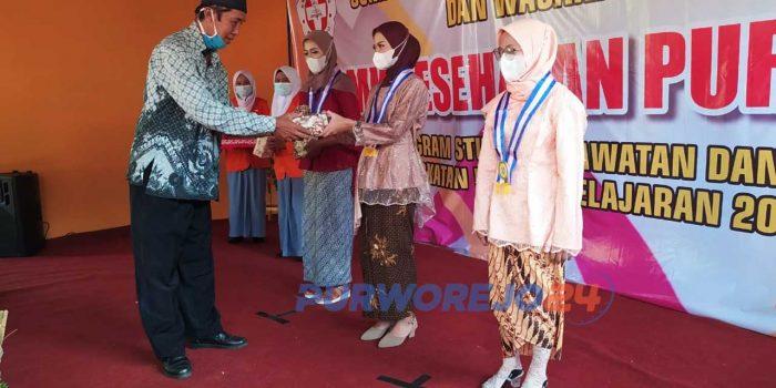 Peneyrahan penghargaan oleh perwakilan Yayasan Bina Tani bagi siswa berprestasi.