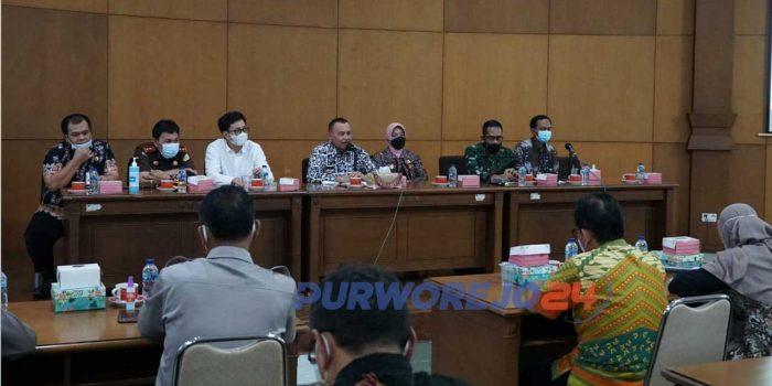 Rapat koordinasi penanganan Covid-19 yang dipimpin Bupati Purworejo H Agus Bastian, Kamis (10/6/2021)