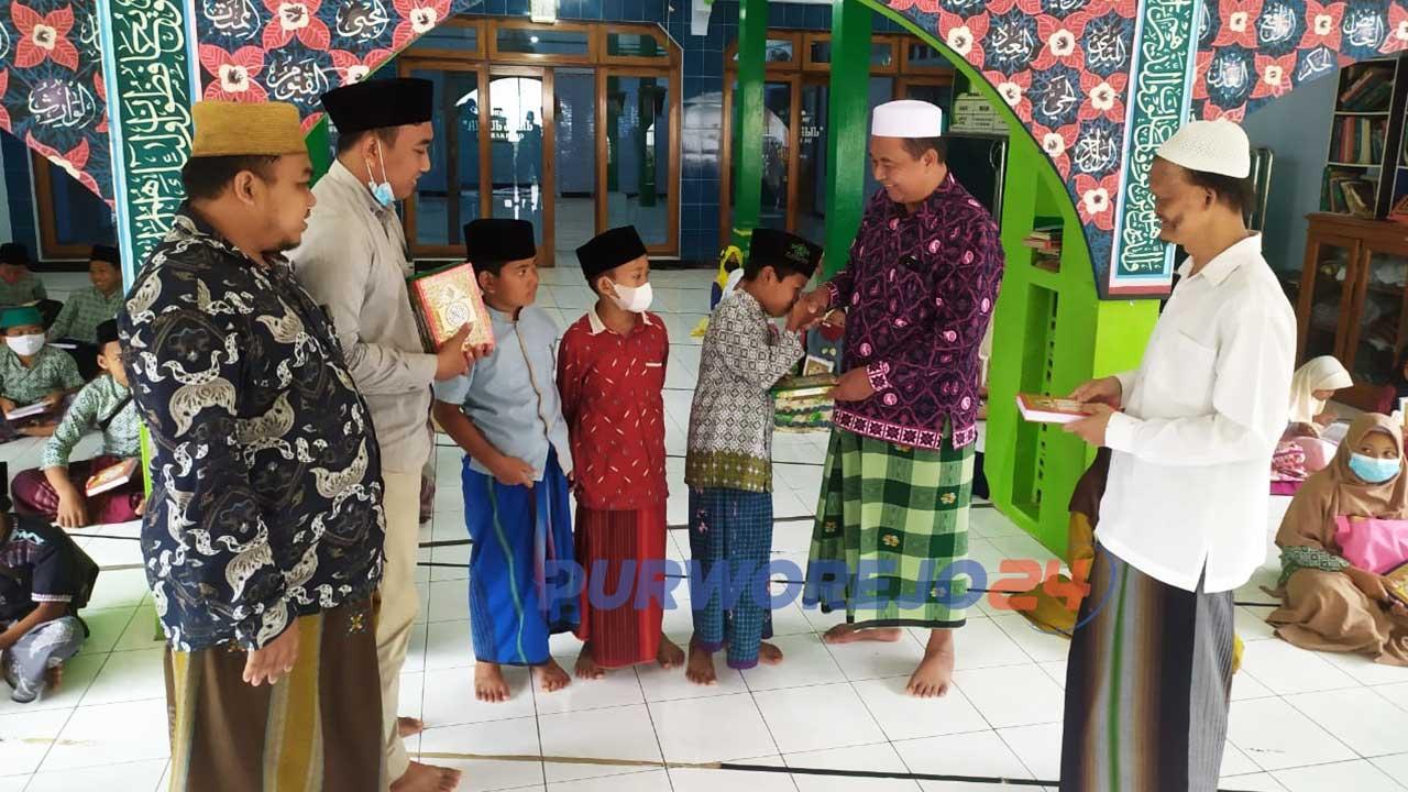 Secara simbolis Komunitas Jalan kita dan DRW skincare menyantuni anak yatim dan memberikan Al Quran