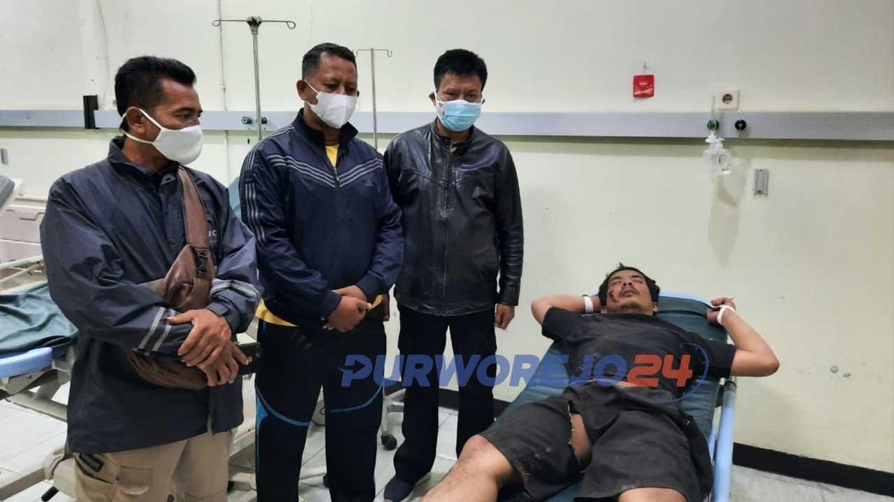 membawa Debul ke Rumah Sakit Umum Daerah (RSUD) Tjitrowardoyo Purworejo guna penanganan medis