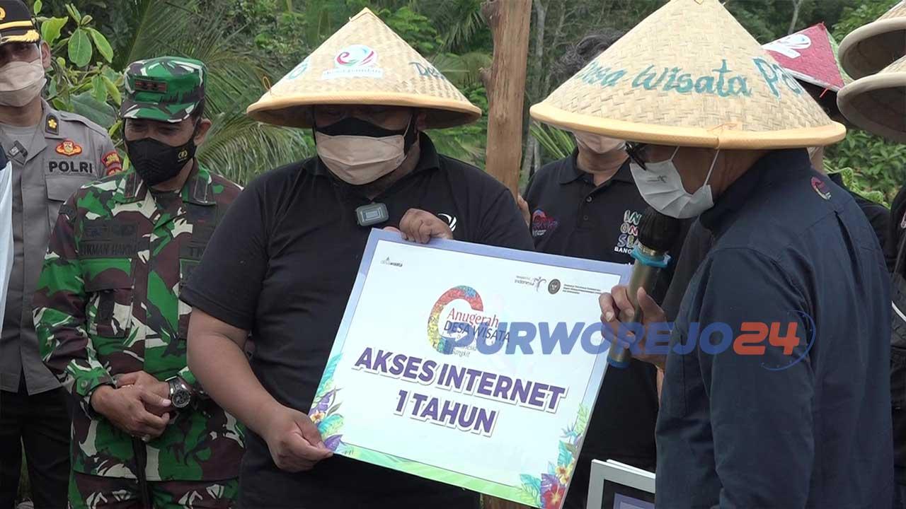Menparekraf Sandiaga Uno mneyerahkan simbolis sejumlah bantuan kepada pengelola Desa Pandanrejo, Selasa (13/10/2021)