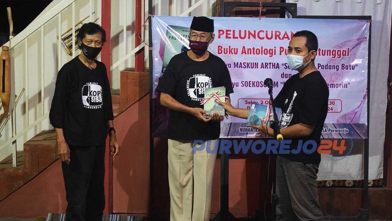 Pimpinan Nuhantra Production, Hantoro Wibowo secara simbolis menyerahkan buku antologi kepada dua penulis, Maskun Artha dan Soekoso DM.